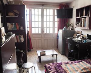 男性スタッフの月275USDの部屋。簡易キッチン付き