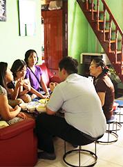 会社前のベト飯屋、通称「おばちゃん家」。おかず、山盛り白飯、野菜、スープ、冷たいお茶付きで3万VND(約150円)!